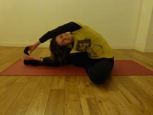 Gebogen knie met zijstrekking helende yoga oefening in Leiden