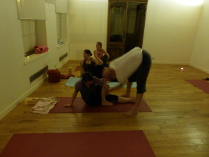 Vojta helpt yoga cursist in een open les